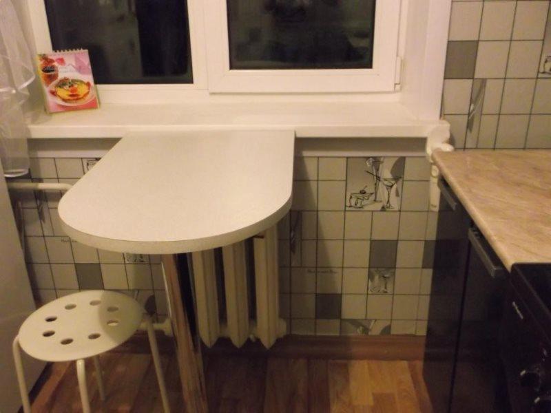 Компактный столик возле окна кухни в хрущевке