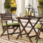 Складной столик на деревянных ножках