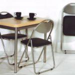 Металлические стулья на стальном основании