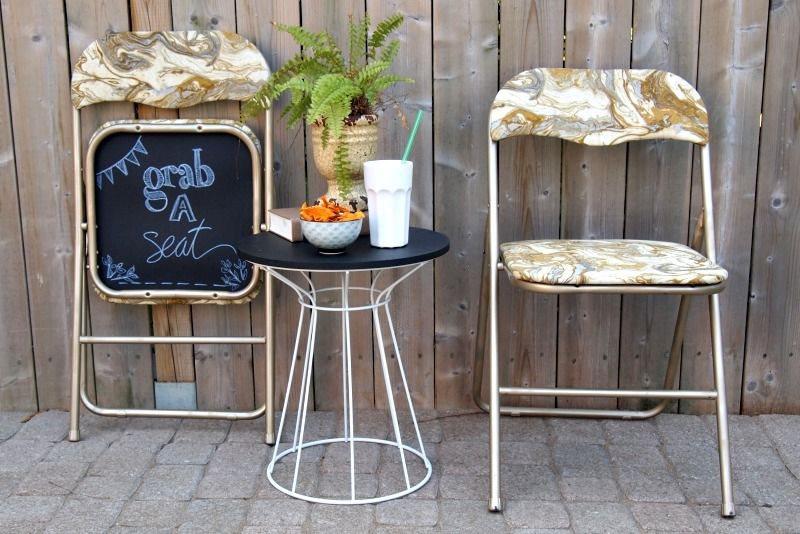 Парочка складных стульев на металлическом каркасе