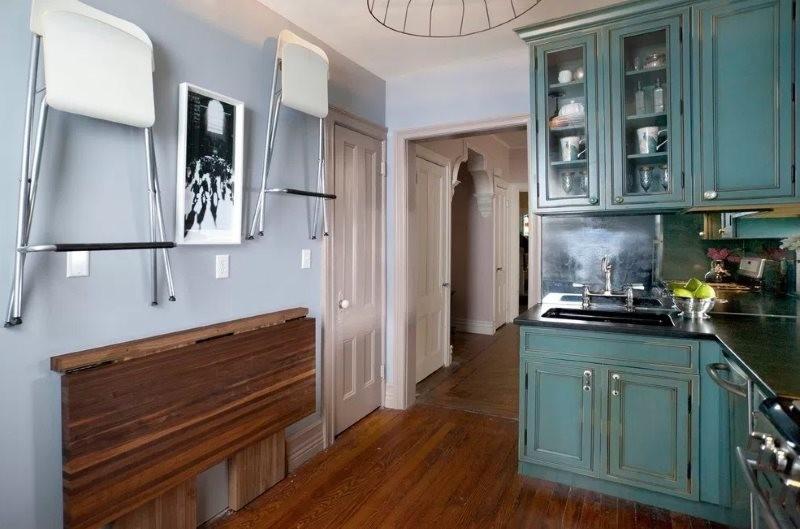 Хранение складных стульев на кухонной стене