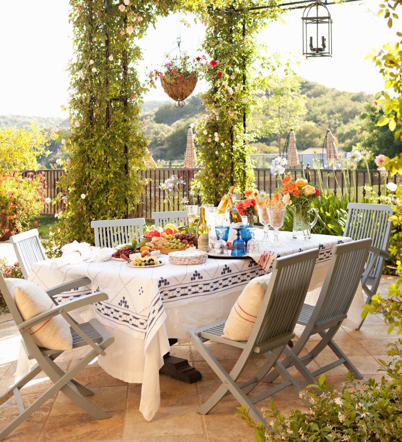 Деревянные складные стулья на террасе загородного дома