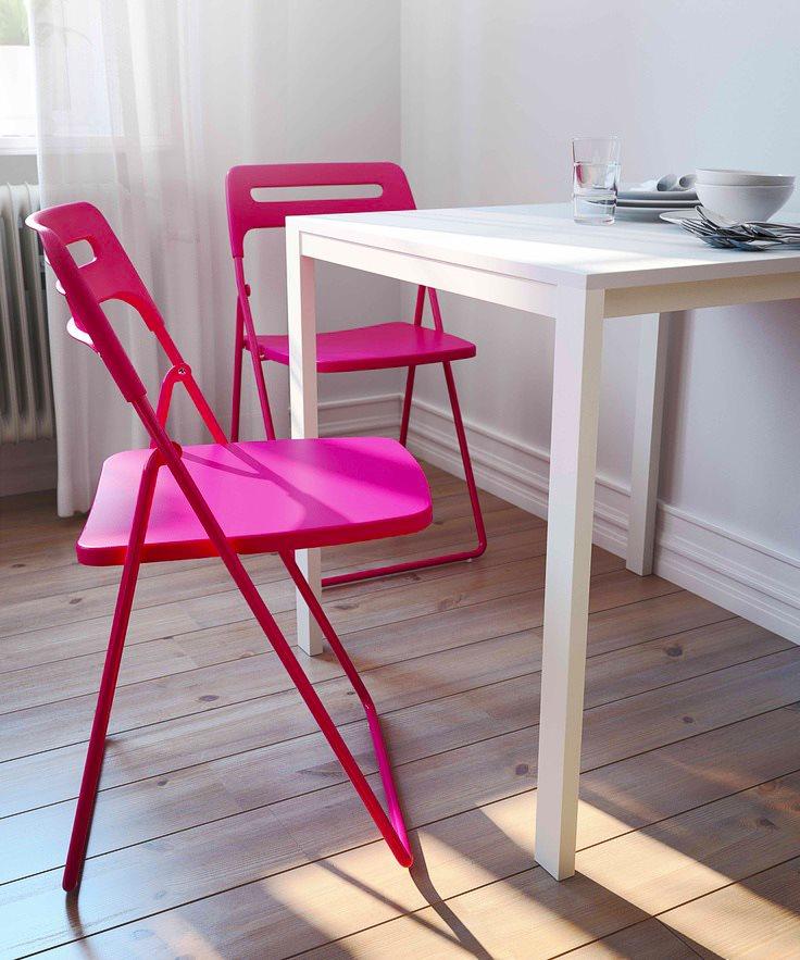 Складные стулья из пластика розового цвета