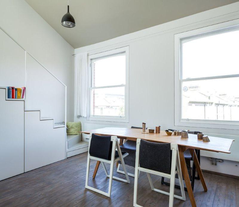 Интерьер современной кухни с раскладными стульями