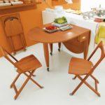 Стол-книжка в интерьере кухни