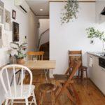 Деревянные стулья в кухне дачного домика