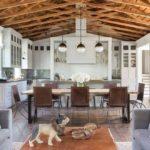 Деревянные конструкции на потолке кухни в частном доме