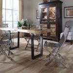 Раскладные стулья из металла в кухне частного дома