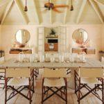 Большой обеденный стол в просторной кухне-столовой