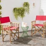 Раскладные стулья на площадке из природного камня
