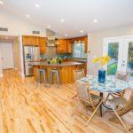Удобные стулья со спинками в кухне частного дома