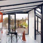 Небольшая кухня с панорамными окнами