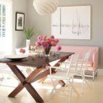 Кухонный диванчик с розовой обивкой