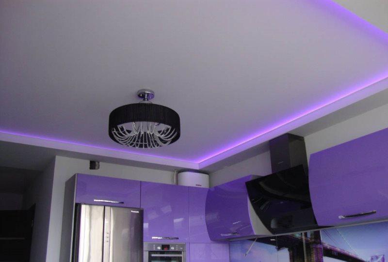 Сиреневая подсветка ниши в потолке кухни