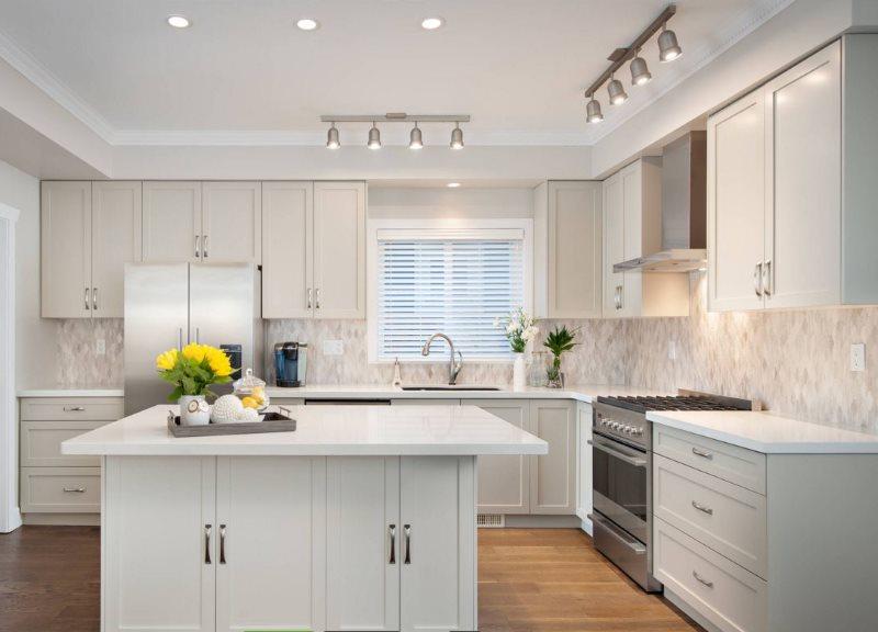 Поворотные слоты на кухонном потолке белого цвета