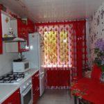 Красная кухня площадью в 10 квадратных метров