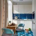 Угловая кухня с синим фартуком