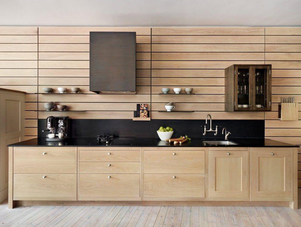 Декорирование стены кухни деревянными панелями