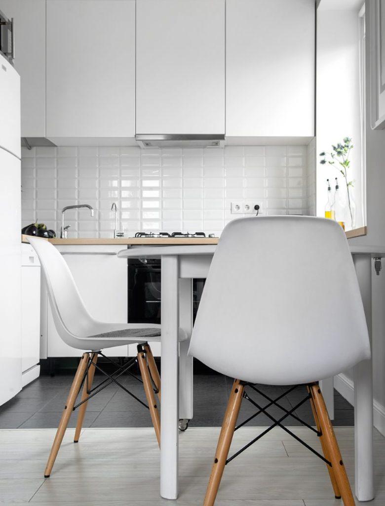 Белые спинки кухонных стульев