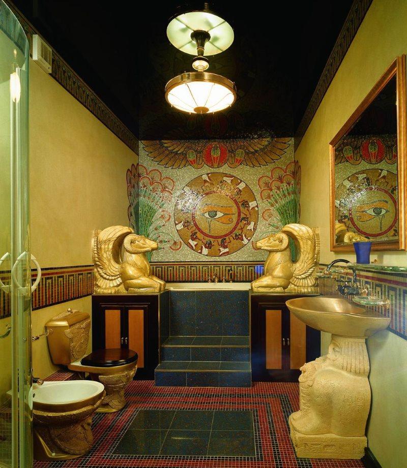 Позолоченные статуэтки богов в интерьере ванной комнаты