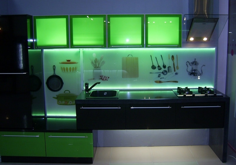Декоративная подсветка в кухонных шкафах с фасадами из стекла