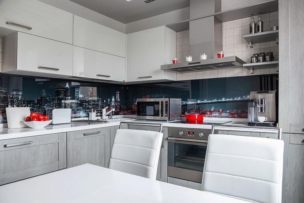 Фартук скинали в кухне с серыми фасадами