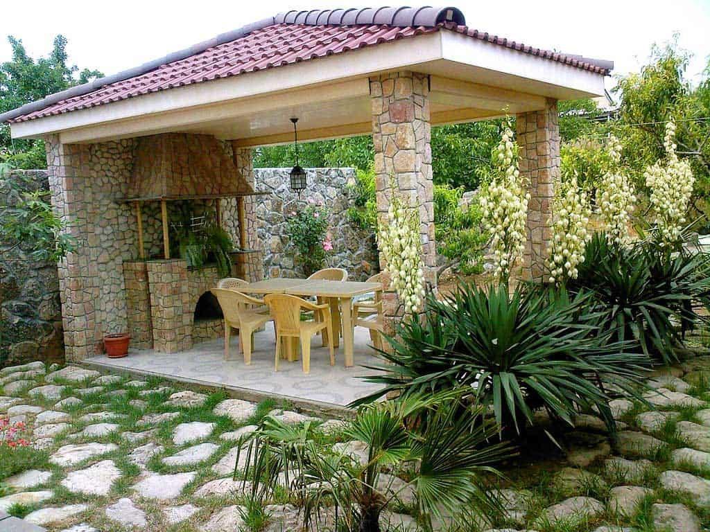 Каменные столбы летней кухни с крышей из металлочерепицы