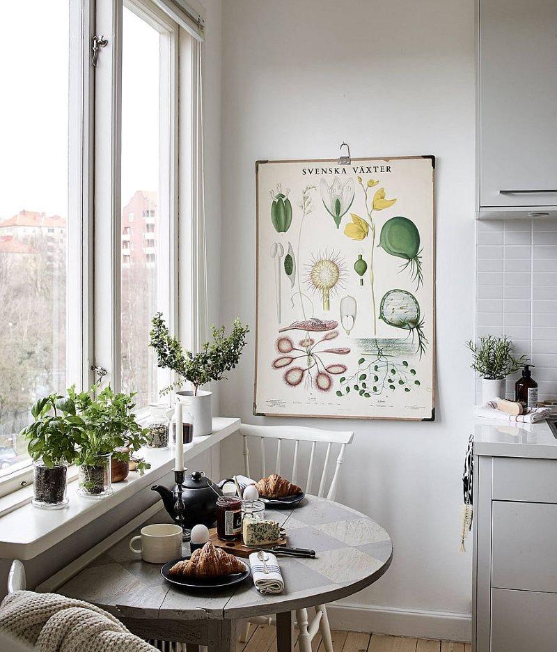 Маленький обеденный стол около кухонного окна