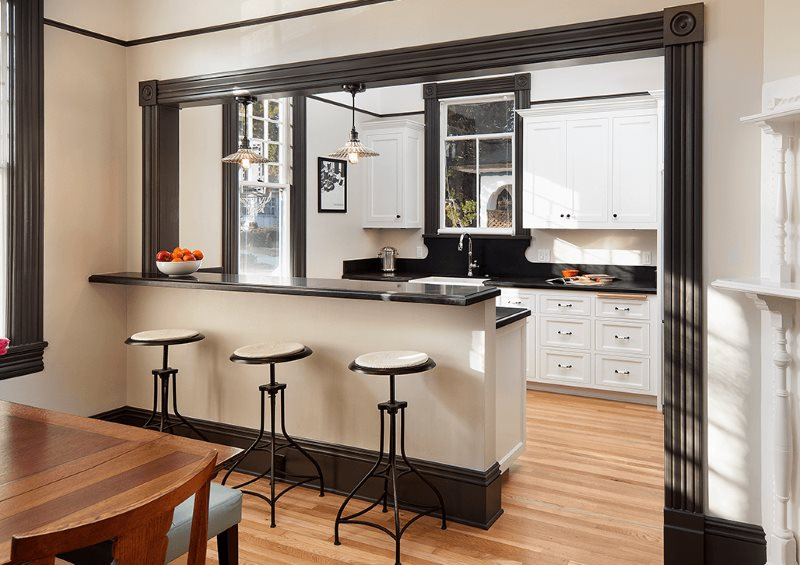 Барная стойка вместо перегородки в кухне-гостиной