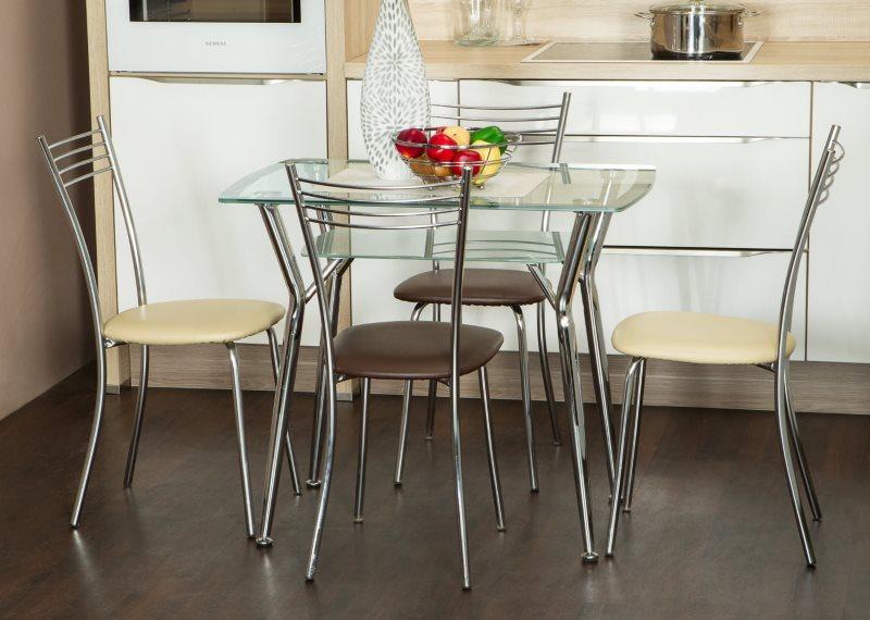 Металлические стулья с мягкими сидениями