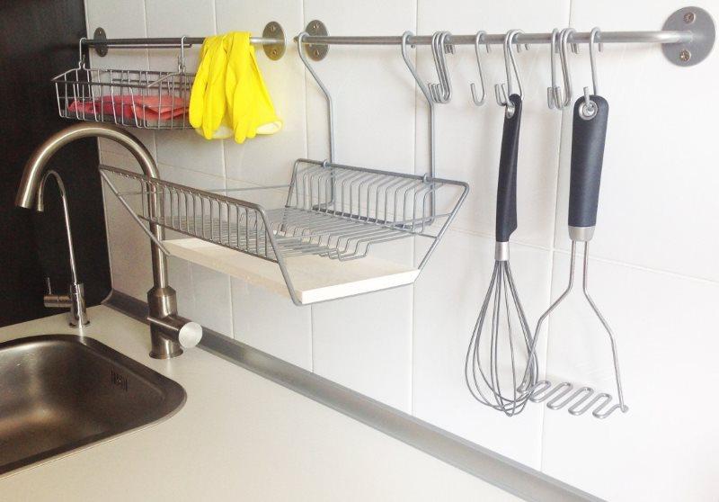 Сушилка на рейлинге возле кухонной мойки