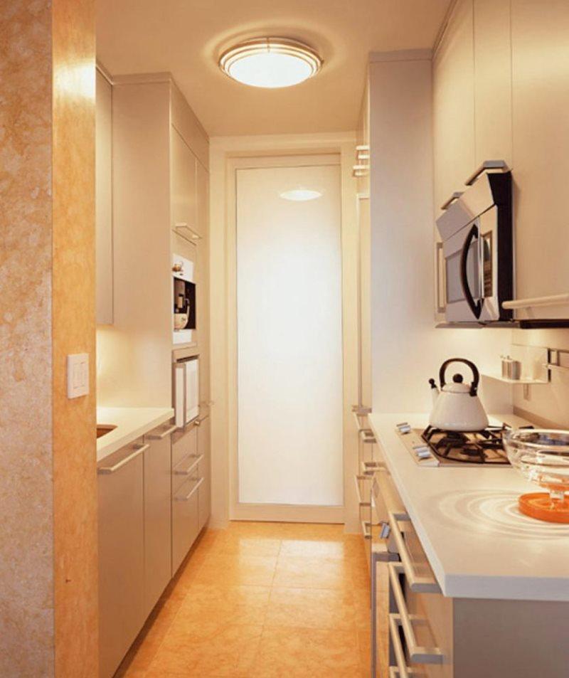 Большой плафон потолочного светильника в узкой кухне