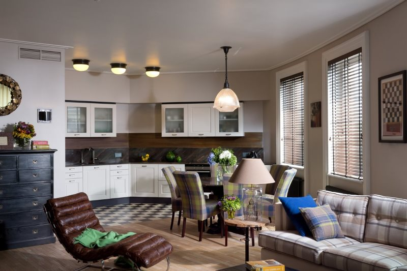 Включенные светильники на потолке кухни-гостиной