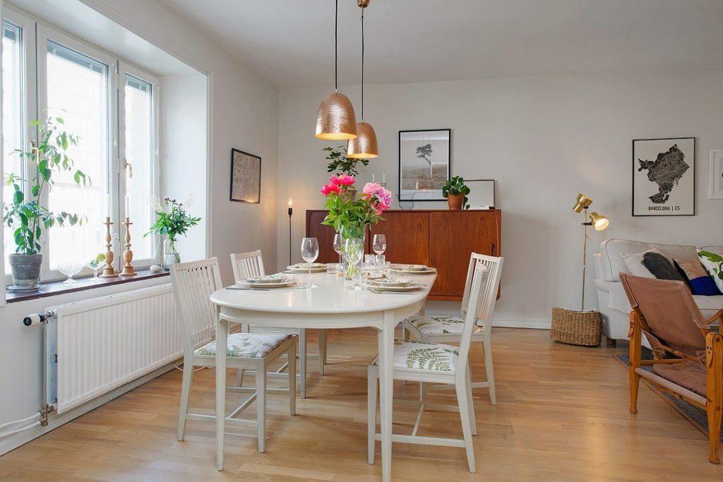 Два потолочных светильника над кухонным столом