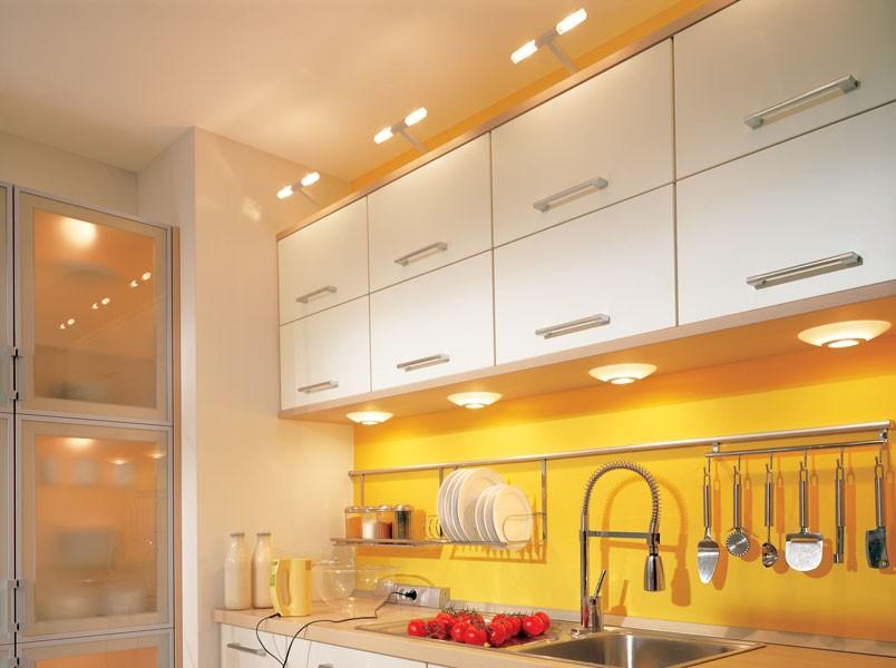 Встроенные светильники в нижней части кухонных шкафов