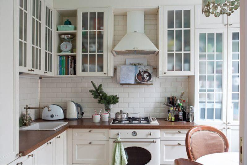 Белый фартук в кухне деревенского стиля