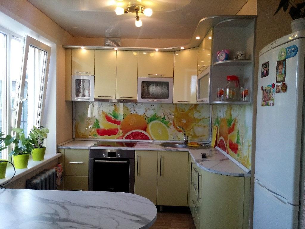 Светлый гарнитур угловой планировки в кухне панельного дома