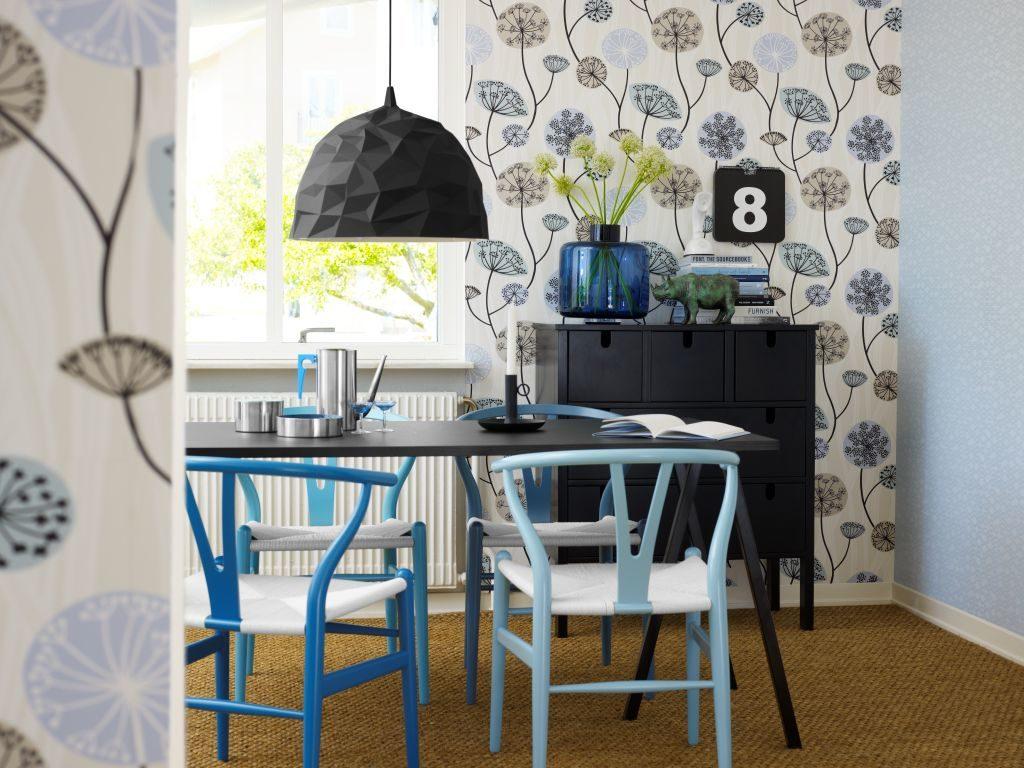 Современные стулья в кухне с виниловыми обоями
