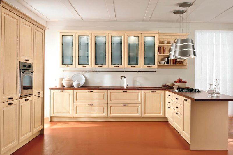 Современная кухня с мебелью из недорого дерева