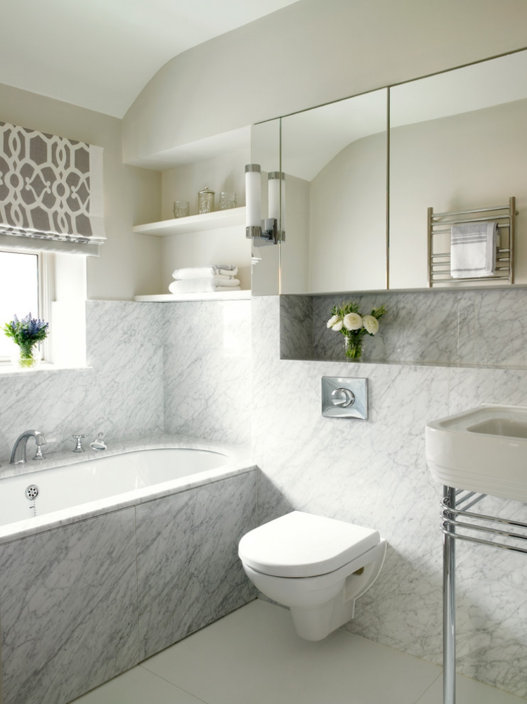 Белый мрамор на стене ванной с окном