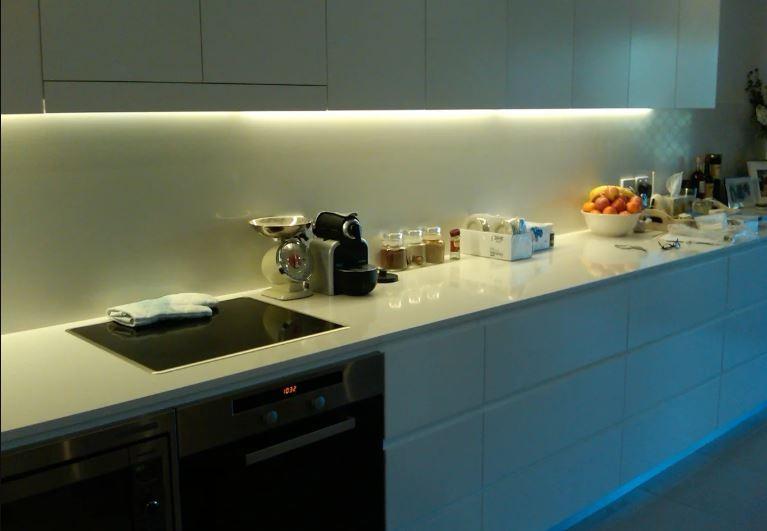 Светодиодная подсветка белой столешницы кухонного гарнитура