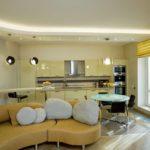Дизайн кухни-гостиной с подсветкой потолка