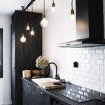 Простые светильники в рабочей зоне кухни-гостиной