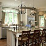 Винтажные светильники в кухне частного дома