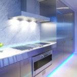 Кухонная вытяжка с яркой подсветкой