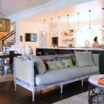 Деревянный диван в кухне-гостиной
