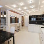 Софиты на белом потолке из гипсокартонна