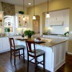 Кухонные стулья на деревянном полу
