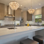 Две стеклянные люстры в интерьере кухни