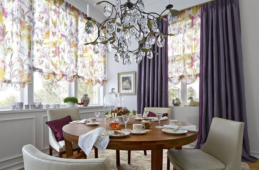 Фиолетовые шторы на окнах кухни